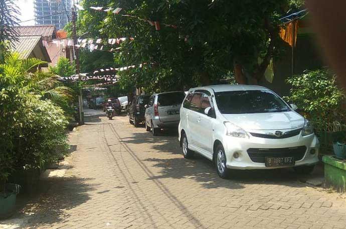 Mobil warga yang tidak memiliki garasi terparkir di jalan